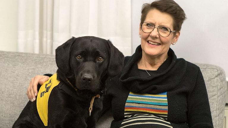 Bokhunden Herman tillsammans med matte Annika Lindström