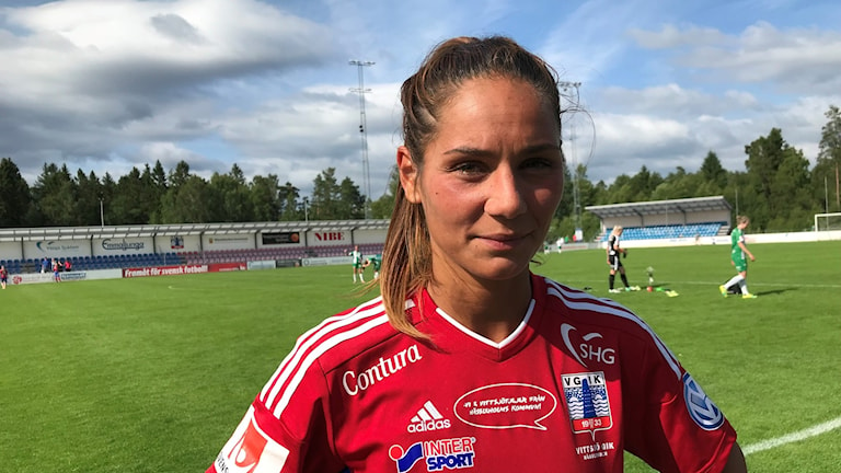 Kvinnlig fotbollsspelare i närbild.
