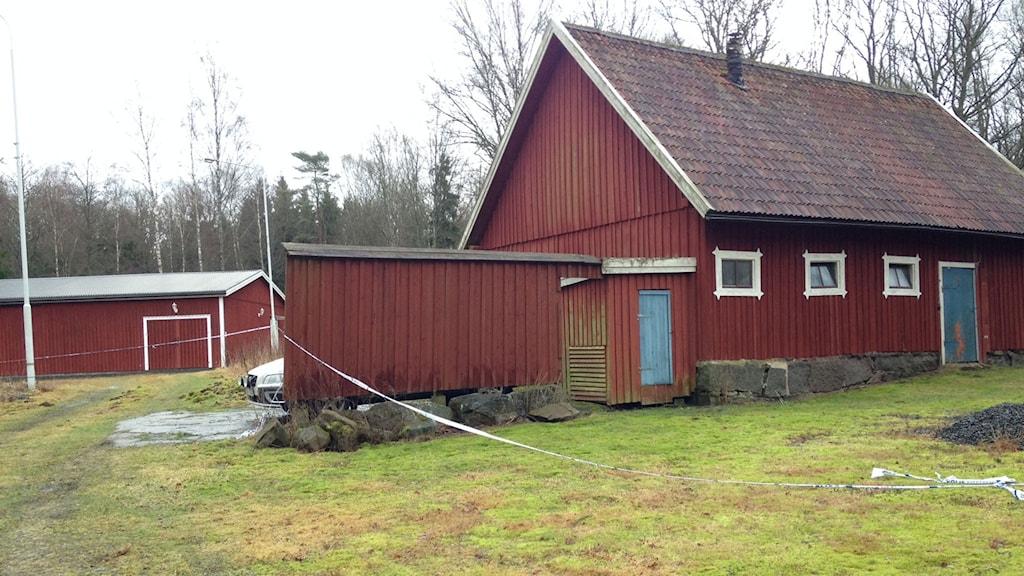 Misstänkte läkarens gård, med den nybyggda bunkern