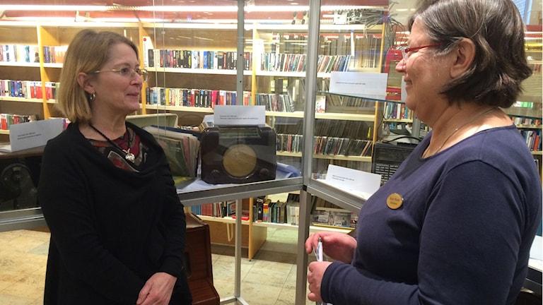 Agneta Tell och Karin Wendel på Bromölla bibliotek.
