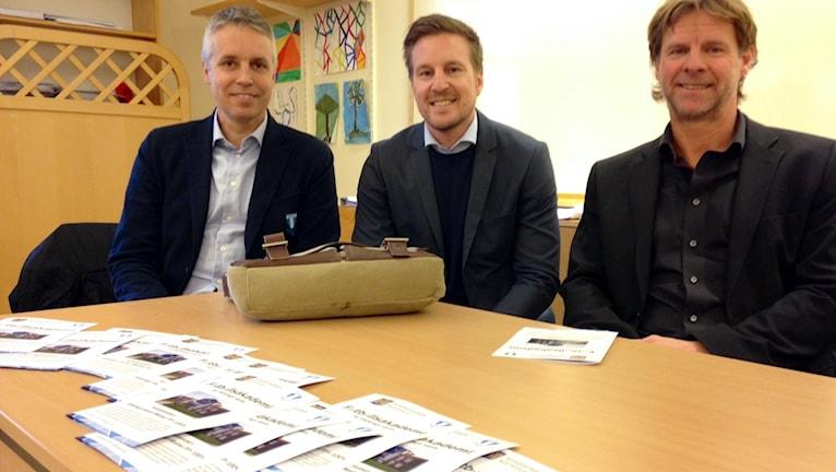 Per Ågren och Jan-Olov Kindvall från MFF:s samhällsavdelning med rektor Ola Axelsson.