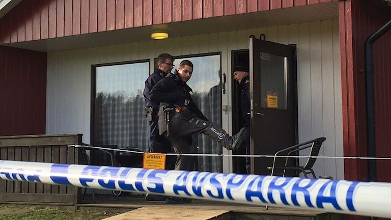 Stugbyn i Degeberga, två stugor avspärrade, polisens tekniker på plats.
