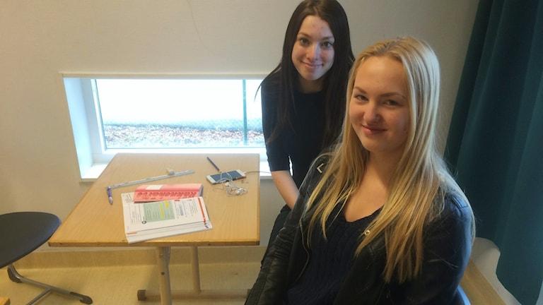 Linnea Mårtensson och Nora Rynborn är två av de drygt 70 elever som pluggar på Norretullskolan på lovet.