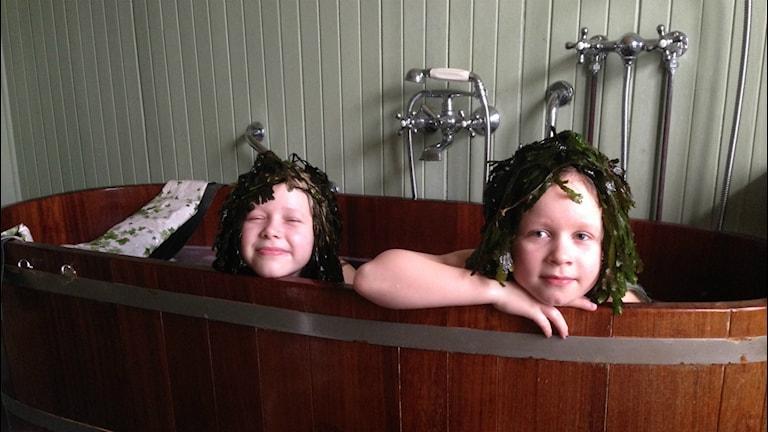 Olivia och Wilma Helgesson tycker det är skönt att fly verkligheten i tångbadet i Torekov. FOTO: Sveriges radio