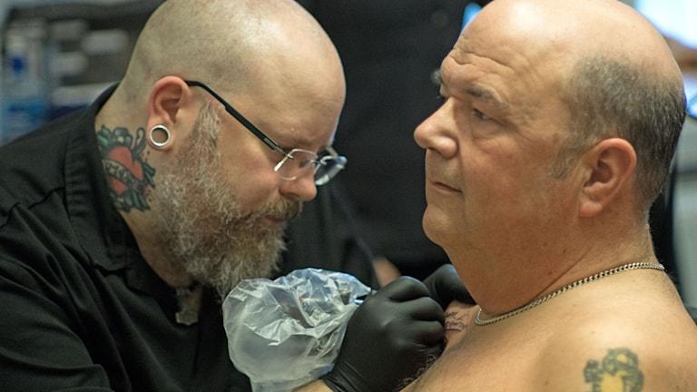 Mats tatuerar Peter