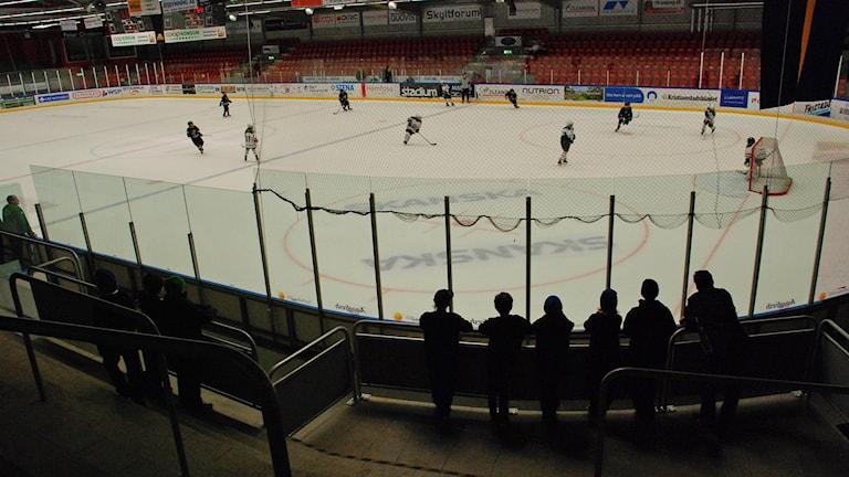 Barn som spelar ishockey.