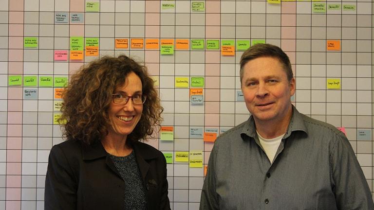Gertrud Richter och Jan Karlsson framför Hässleholms detaljplansplanering