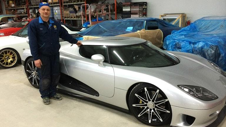 Mose Freyer och en Koenigsegg-bil