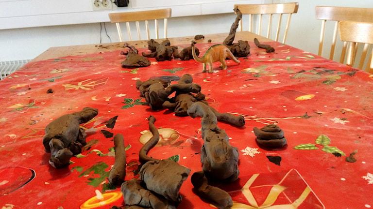 Barnen på förskolan Galaxen i Åstorp har gjort dinosaurier i lera.
