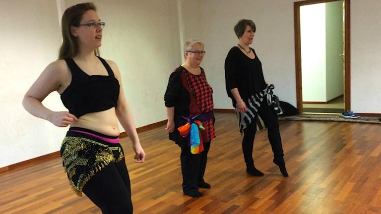 Susann Söderberg visar hur man ska vicka på höfterna, när man dansar orientalisk dans.