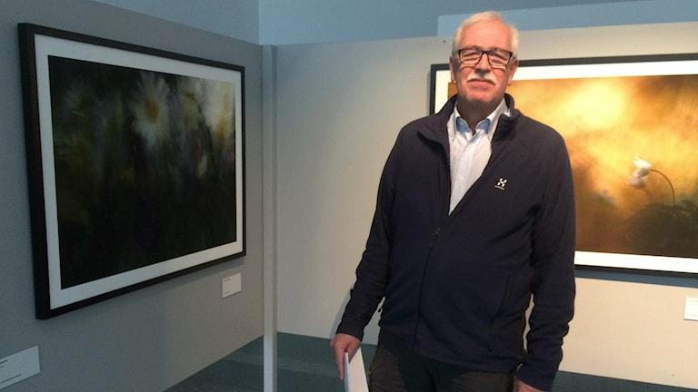 Ingmar Kristiansson på fotoutställningen på Hässleholms kulturhus.