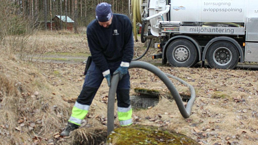 Oscar Petersson slamsuger efter ett lyft på 180 kilo brunnslock. Foto: Carolina Erlandsson/ Sveriges Radio