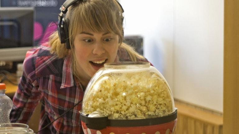 Karin Bengtsson poppar popcorn