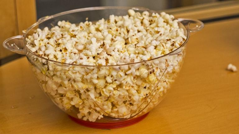Conny och Karin poppar popcorn, med nya smaker