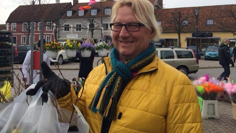 Lars-Åke Olsson köper påskblommor på torget i Simrishamn.
