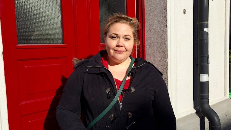Malin Biller framför det hus där Birger Sjöberg arbetade på Helsingborgspostens redaktion