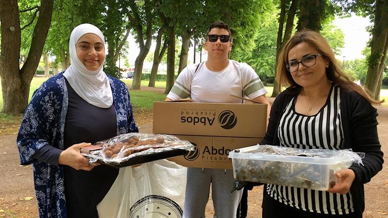 Kouthar Jabrah, Owais Jneid och Iman Alahmad kommer med mat till festivalen.