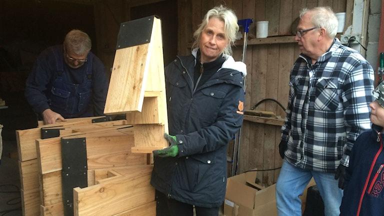 Lena Winberg visar upp en holk, som blir bostad till ungefär 15 fladdermöss.