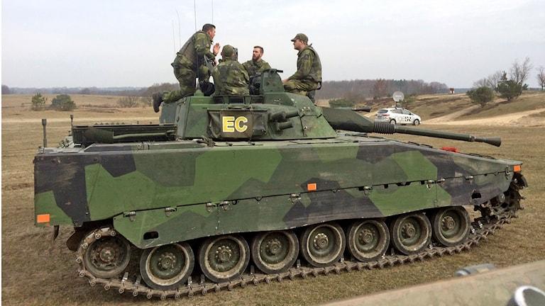 Ungefär 50 soldater övade sig under måndagsförmiddagen.