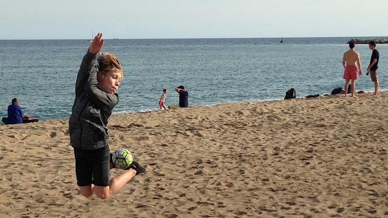 Wilmer Persson Schönbeck trixar med bollen på stranden i Barcelona.