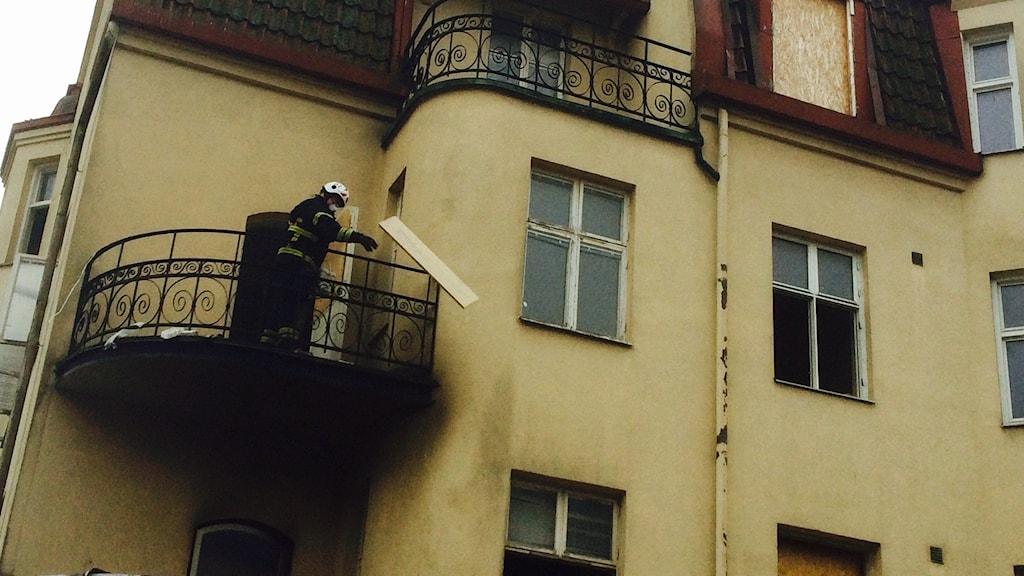 Renovering pågår i brandfastigheten, och räddningstjänsten har fått rensa ut en del bråte under släckningsarbetet.