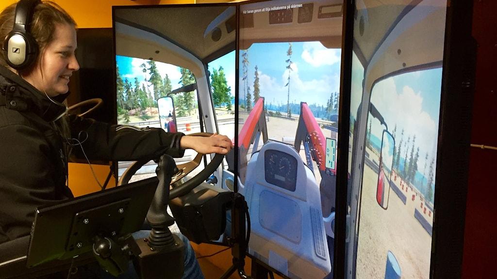 Reporter Malin Rimfors kör traktor i simulator.