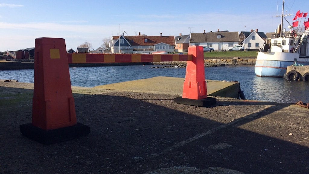 Piren i Branteviks hamn har spärrats av.