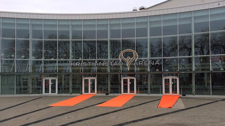 Kristianstad arena med orange mattor utanför.