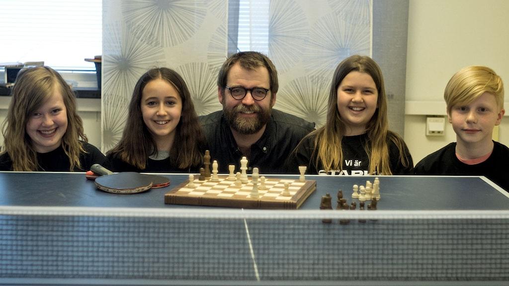 Emma, Paula, Alice och Olof från Kristianstads Montessoriskola tillsammans med Conny