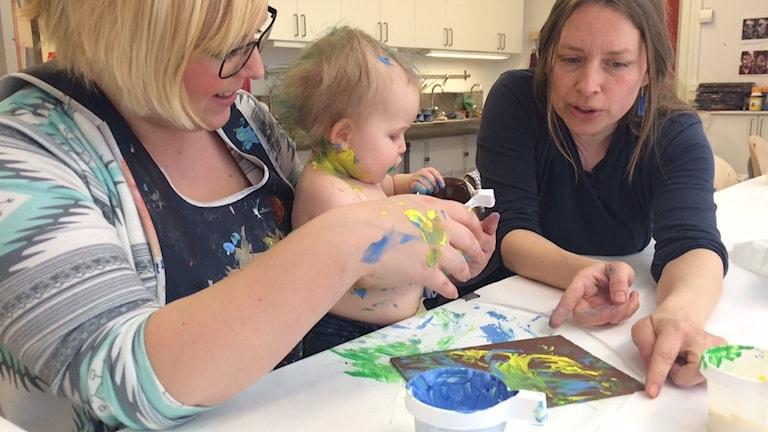 Vilda och mamma Emmy får hjälp av Kulturskolans Erika Wedman att göra tryck.