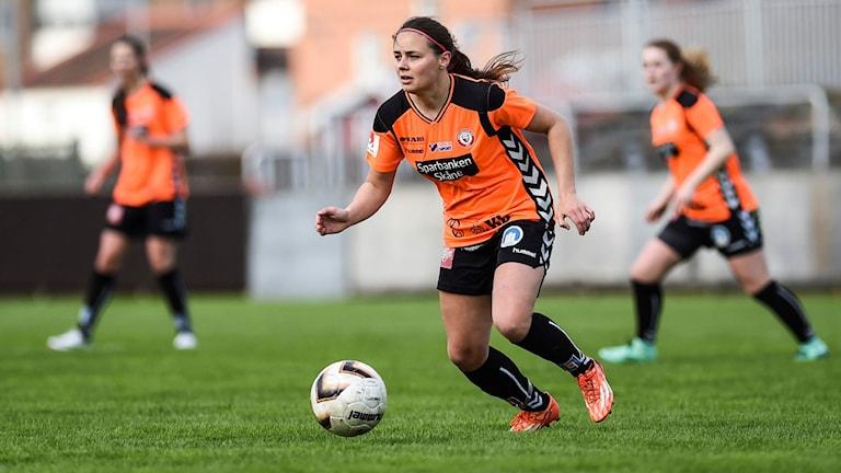 KDFFs Lagkapten Alice Nilsson med bollen