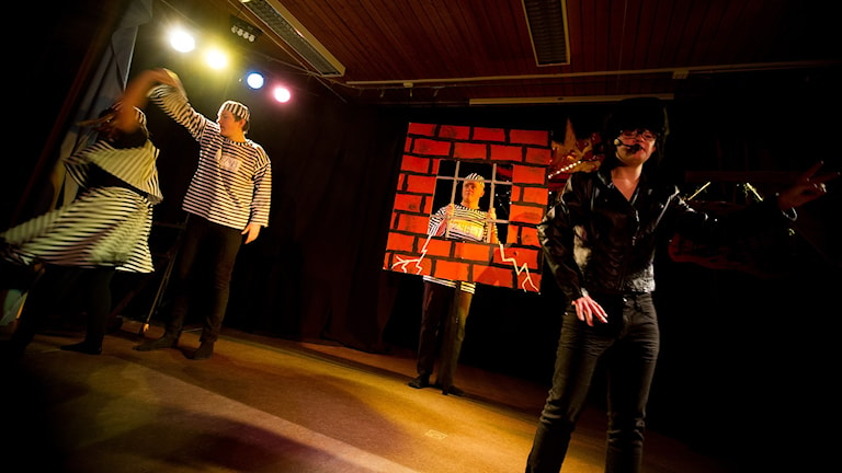Ted är Elvis, Alex sitter i finkan och Rasmus snurrar på Evelina. Foto: Johan Pettersson/Sveriges Radio