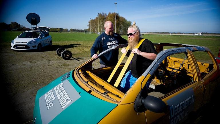 Fredrik Gran instruerar Johan hur man ska lyfta bilen. Det gick lite bra i alla fall.