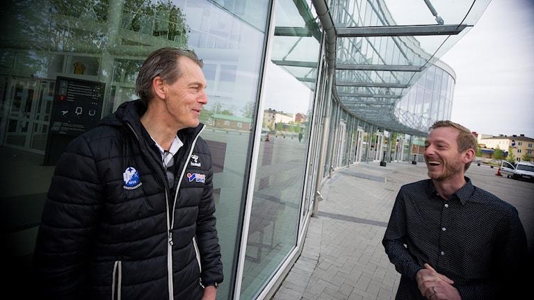 Nikolas Larsson, klubbchef och Henrik Fröberg match & arrangemangschef hos IFK Kristianstad. Foto: Johan Pettersson/Sveriges Radio