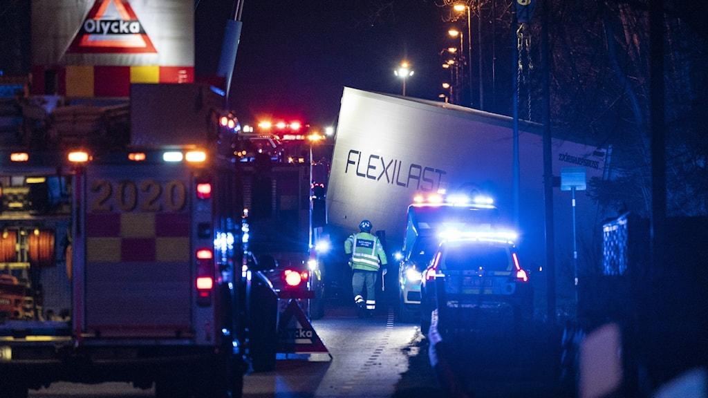 Olycksplats med flera blinkande lampor.