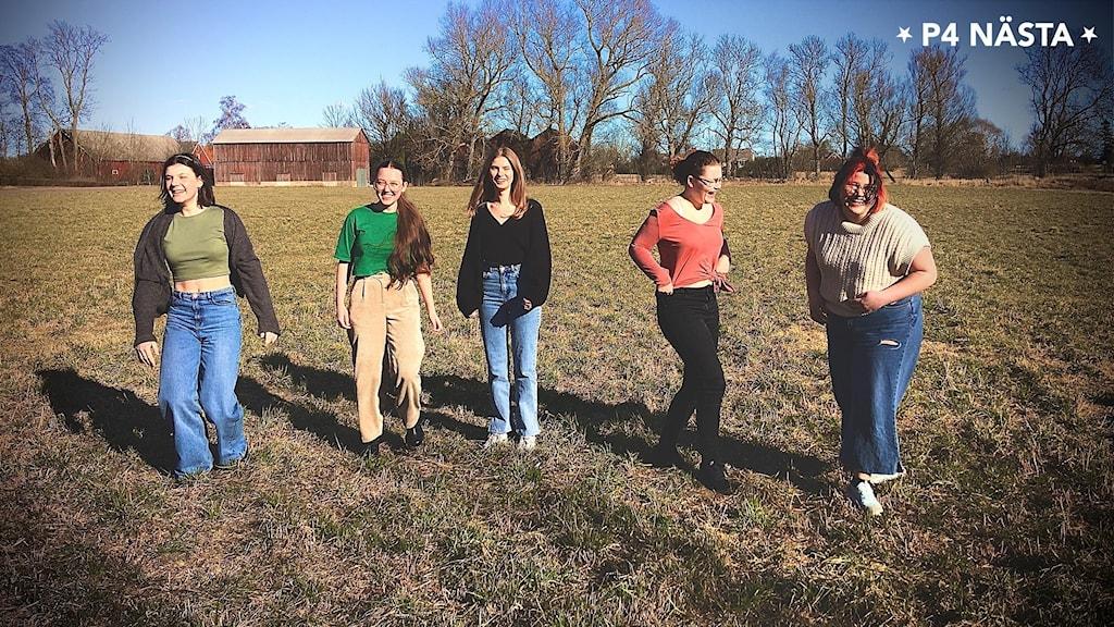 fem tjejer utomhus
