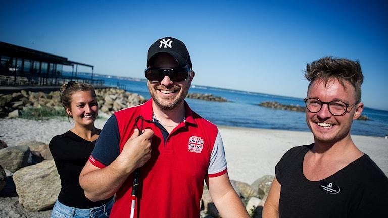 Dövblinde Torbjörn Svensson i Helsingborg med sina tolkar Amanda och Linus.