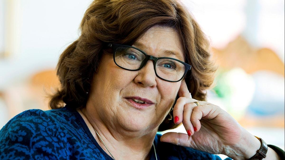 Kvinna med mörkt hår och glasögon.