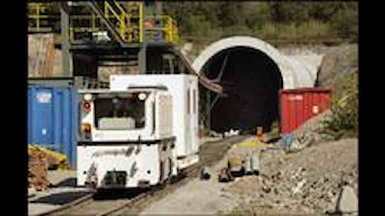 Tunneln genom Hallandsåsen kommer att bli kraftigt försenad och därmed även dyrare än beräknat, meddelar Banverket.