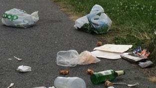 Skräp och sopor utslängt på asfalt