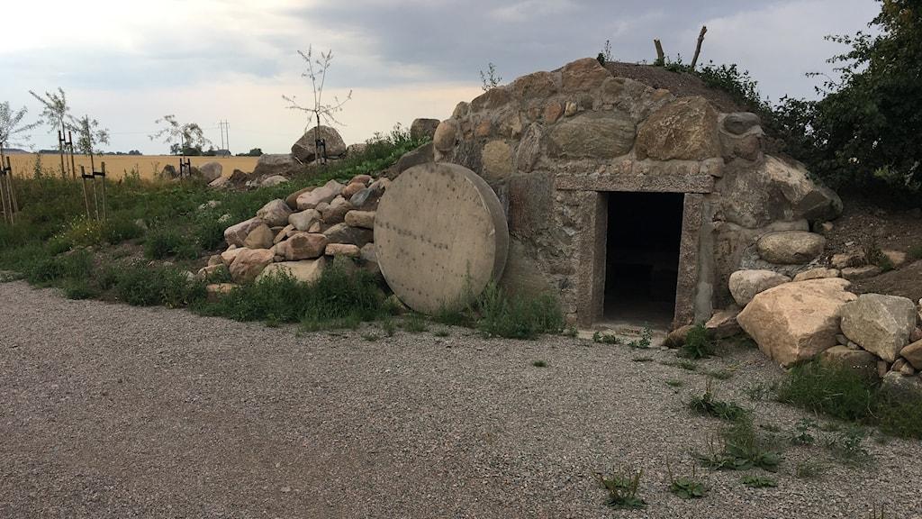 Graven är i naturlig storlek så att det går att kliva in i den.