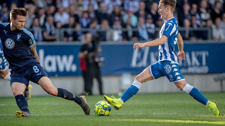 Kamp på Gamla Ullevi mellan Malmös Arnor Traustason och Göteborgs Patrik Karlsson Lagemyr. Foto: Björn Larsson Rosvall/TT.