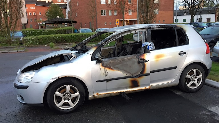 Brandskadad bil.