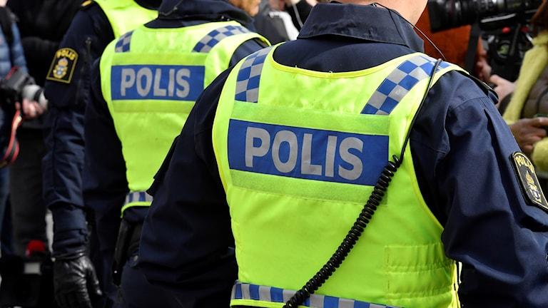 Polisers ryggar