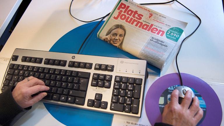 Händer som arbetar vid ett tangentbord.