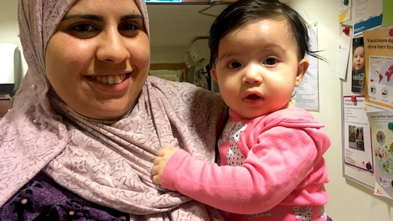 Saida Mansouri tillsammans med dottern Ajat som, likt Saidas son, ska börja förskolan. Men inte riktigt än.