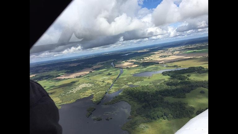 Vy över Kristianstadslätten från flygplanet.