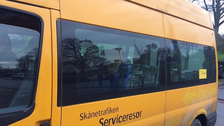 En av Skånetrafikens gula färdtjänstbussar.
