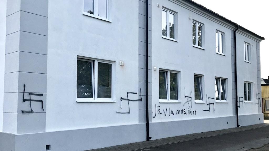 Hyreshuset med klotter med rasistiska ord.