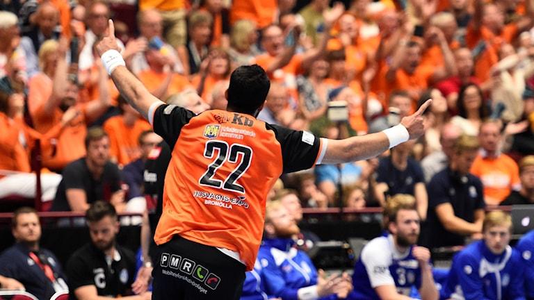 Kristianstads Jamali Iman Moorchegani jublar efter mål under söndagens SM-final i handboll mellan IFK Kristianstad och Alingsås HK i Malmö Arena.